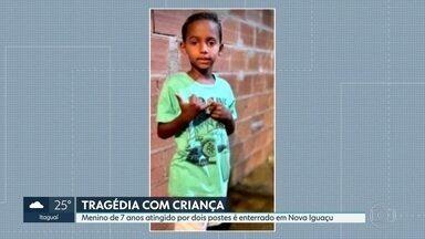 Menino de 7 anos atingido por dois postes é enterrado em Nova Iguaçu - Ele teve traumatismo craniano ao ser atingido por dois postes em Belford Roxo.
