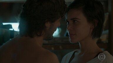 Rafael pede que Leila passe a noite com ele - O fotógrafo sugere que os dois tenham um relacionamento. Germano comunica a todos a gravidez de Lili