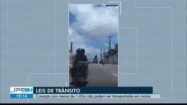 Confira as leis de trânsito para o uso de motocicletas - Crianças com menos de 1,45m não podem ser transportadas em motos.