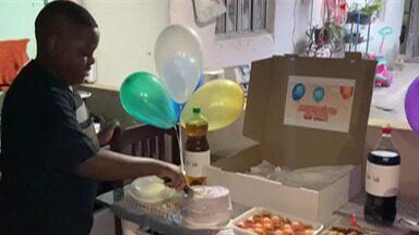 Movimento promove festas de aniversário para crianças em vulnerabilidade - Iniciativa é do 'Vibe do Bem'. Grupo entregou kit de comemoração para menino de 12 anos, que teve a última festa de aniversário há 10 anos.