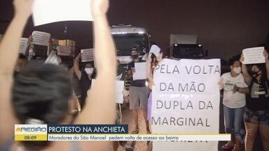 Moradores do bairro Jardim São Manoel fecham a Via Anchieta durante protesto - Eles reclamam que alteração em sentido da rodovia prejudicou acesso a Cubatão.