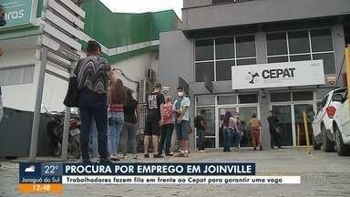 Trabalhadores fazem fila em busca de emprego em Joinville - Trabalhadores fazem fila em busca de emprego em Joinville