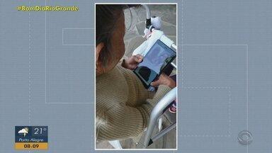 Projeto une voluntários e moradores de asilos através da tecnologia em Porto Alegre - Sem visitas, conversas pela internet ajudam idosos a não se sentirem sozinhos.