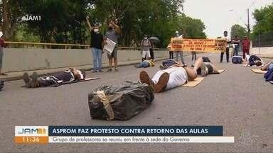 Grupo de professores protesta em frente à sede do Governo do AM contra aulas presenciais - Ato é contra o retorno das aulas presenciais do ensino fundamental, que retomaram na quarta (30).
