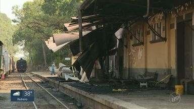 Incêndio na Estação Carlos Gomes, em Campinas, atinge locomotiva e veículos - Incidente destruiu quatro veículos e provocou série de danos na noite desta quarta-feira (30). Fogo alcançou plataforma após ter se alastrado por uma área de mata no entorno.