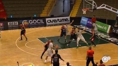 Bauru Basket faz estreia no Campeonato Paulista contra o Franca - Equipe bauruense fez nesta quinta-feira (1º) seu primeiro jogo no Estadual no ginásio Panela de Pressão, sem torcedores, diante do Franca. Confira as novidades do time para a temporada.