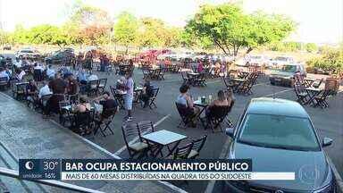 Bar ocupa estacionamento público no Sudoeste - O dono do bar na quadra 106 distribuiu mais de 60 mesas no estacionamento.