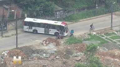 Bandidos tentaram impedir acesso dos policiais à Vila Aliança (RJ); um morador morreu - Manhã de pânico para moradores da Zona Oeste do Rio. A Polícia Civil fez uma operação em busca de bandidos na Vila Aliança e diz que foi recebida a tiros. Os criminosos tentaram impedir o acesso dos policiais com barricadas de pneus, vergalhões e até caminhões e ônibus. Motoristas tiveram que dar marcha a ré para evitar o local do confronto. Um morador foi baleado e morreu.