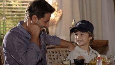 Samuca insiste que Cassiano tome café com a família - Alberto e Ester fingem descontração. Cassiano entra no jogo e manda indiretas para Alberto enquanto brinca com Samuca. Zuleika e Doralice comentam a situação