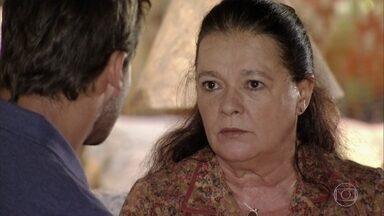 Olívia alerta Cassiano sobre Alberto - Ester dorme antes que Alberto termine de preparar o banho. Cassiano conta para a mãe que Ester concordou em ficar com ele