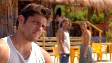 Bibiana percebe que Juliano está apaixonado - Donato se diverte com a situação