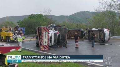 Acidentes provocam longo congestionamento em trechos da Via Dutra na região - Carreta-cegonha tombou em Paracambi e carga de cerveja caiu sobre a pista na descida da Serra das Araras, em Piraí. Fila de veículos presos no congestionamento chegou a 20 km.