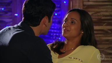 Amadeu dá em cima de Isabel, que cede às investidas - Juliano e Natália ficam juntos, Ciro se declara à Ludmila e a pede em namoro. As moças da festa sentem falta dos rapazes. Lino vê Carol e Rodrigo dançando juntos