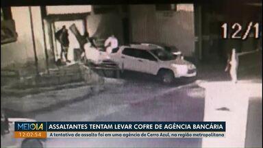 Assaltantes tentam levar cofre de agência bancária na região metropolitana de Curitiba - Segundo a polícia, pelo menos oito pessoas participaram da ação. Ninguém foi preso.