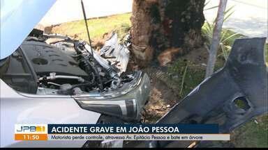 Motorista perde controle de carro e bate em árvore em João Pessoa - Acidente grave aconteceu na Avenida Epitácio Pessoa.
