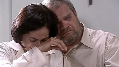 Raquel é encaminhada para cirurgia e Ivete fica preocupada - Laerte tenta acalmá-la, mas ela insiste em estar perto da filha