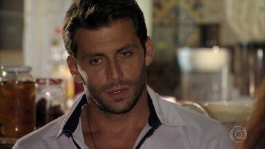 Cassiano não aprova o namoro de Taís e Hélio - Ele confessa para Olívia que não confia no empregado de Alberto. Do lado de fora da casa, Hélio liga para Alberto