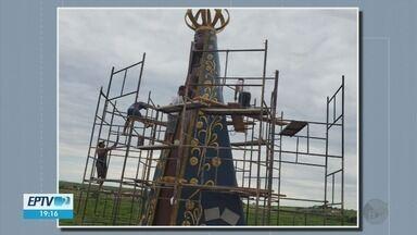 Fiéis constroem imagem de 8 metros de Nossa Senhora Aparecida - Fiéis constroem imagem de 8 metros de Nossa Senhora Aparecida