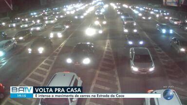 Volta pra casa: trânsito é intenso na região do pedágio de Camaçari - Muitos soteropolitanos aproveitaram para passar o feriadão no Litoral Norte da Bahia.