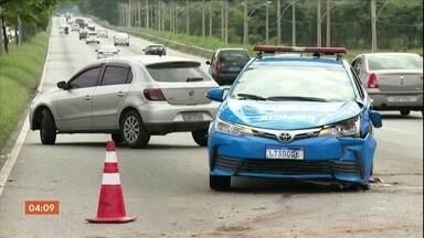 PM morre durante uma perseguição a bandidos, numa das principais avenidas do Rio - Um motorista que passava pelo local também foi atingido e o estado de saúde dele é considerado muito grave.