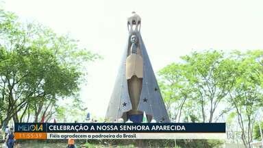 Romeiros visitam santuário de Nossa Senhora Aparecida, em Itaipulândia - Muitos fieis aproveitaram o feriado para agradecer a padroeira do Brasil.