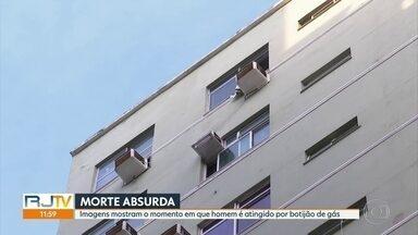 Imagens mostram momento em que homem é atingido por botijão de gás arremessado pela janela - Imagens mostram momento em que vendedor de frutas é atingido por botijão de gás arremessado pela janela em Copacabana.