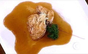Receita de cherne com molho dashi - Jun Sakamoto ensina aos chefs a receita de um delicioso peixe cozido.