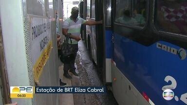 Passageiros enfrentam dificuldades para utilizar BRT no Grande Recife - Em uma das estações, em Camaragibe, entrar no BRT exige 'ginástica' das pessoas.