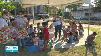 Voluntários se unem para distribuir alimentos e divertir a criançada no Recife - Ação solidária ocorreu no bairro do Arruda, na Zona Norte da capital pernambucana.