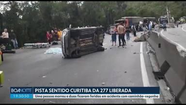 BR-277 é liberada depois de acidente - Uma pessoa morreu e duas ficaram feridas em acidente com caminhão-cegonha