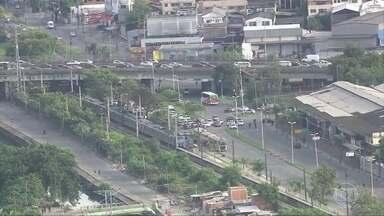 Criminosos sequestram trem de manutenção para fugir de operação no RJ - Um grupo de criminosos armados sequestrou um trem de manutenção para fugir de uma operação contra o tráfico, na Zona Norte do Rio de Janeiro.