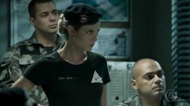 Jeiza se prepara para uma operação policial fora do Rio de Janeiro - Enquanto isso, Rubinho avisa a Bibi que precisa viajar e ela decide acompanhar o marido