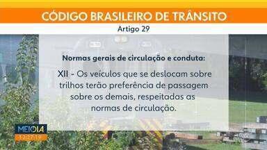 Motoristas devem parar e esperar o trem passar - Pelo Código Brasileiro de Trânsito, a infração é gravíssima para quem não obedece a lei.