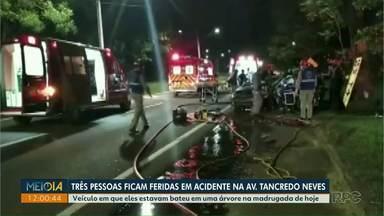 Três pessoas ficam feridas em acidente na Avenida Tancredo Neves - Veículo em que eles estavam bateu em uma árvore na madrugada de hoje.