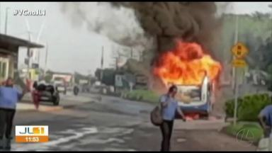 Ônibus pega fogo na avenida Augusto Montenegro, em Belém - Ônibus pega fogo na avenida Augusto Montenegro, em Belém