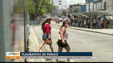 Pessoas usam atalho que colocam vida em risco em paradas de ônibus de João Pessoa - Flagrantes mostram o risco de acidentes no Centro da cidade.