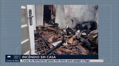 Incêndio é registrado em residência no Bairro Elizabeth Nogueira em Divinópolis - Segundo o Corpo de Bombeiros, fogo consumiu a estrutural do imóvel, alguns móveis e eletrodomésticos. Dois cachorros e quatro pássaros foram resgatados pelos militares, que trabalharam aproximadamente três horas para combater o fogo; ninguém ficou ferido.