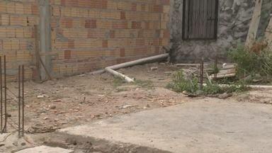 Em Manaus, feto de cinco meses é encontrado enterrado em quintal de casa - Feto foi encontrado pela polícia.