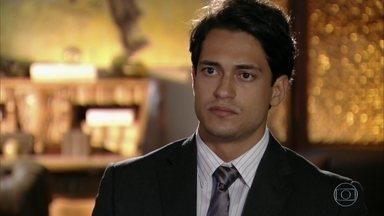 Hélio não ajuda Alberto a capturar Cassiano - Ele afirma ao chefe que não sabe a quem pertence o barco que serve de abrigo ao ex-piloto