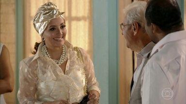Guiomar chega à casa de Lindaura e Samuel - Ela é cordial com os amigos e conhece Quirino