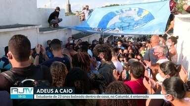 Estudante baleado dentro de casa é enterrado no Catumbi - Caio Gomes, de 23 anos, foi atingido por uma bala perdida