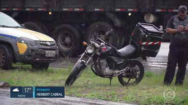 Motociclista morre em acidente no Anel Rodoviário, em BH - Homem foi atropelado por uma carreta depois de cair da moto. Acidente foi na altura do bairro Padre Eustáquio, região noroeste da capital.