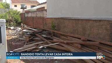 Bandido tenta levar uma casa inteira e é preso em flagrante em Maringá - Com a ajuda de outras três pessoas, ele já tinha desmanchado metade da casa, feita de peroba.
