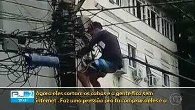 Criminosos destroem serviços de internet em toda a Região Metropolitana - Os bandidos cortam os cabos de conexão e deixam as famílias sem acesso. Depois, firmas aparecem oferecendo o serviço.