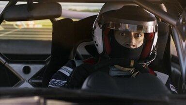 Tancinha invade o autódromo à procura de Apolo - O rapaz leva um susto ao ver a namorada na pista