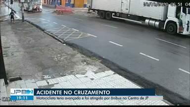 Motociclista é atingido por ônibus no Centro de João Pessoa - Acidente em cruzamento.
