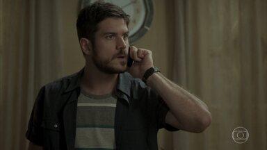 Zeca se irrita por não conseguir falar com Jeiza - Envolvida com operação policial, noiva do rapaz avisa que não pode falar com ele