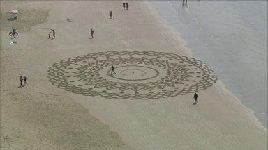 Morador muda o visual das praias da Baixada Santista - Com um rastelo ele faz desenhos na areia das praias.