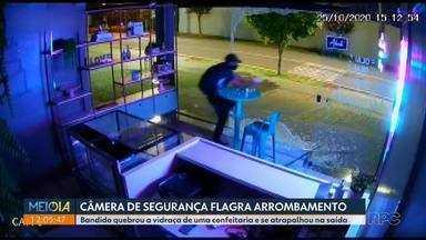 Bandido se atrapalha na hora de ir embora e bate de cara contra uma vidraça - A cena foi registrada por uma câmera de segurança da confeitaria.