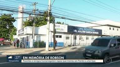 Parentes e amigos fazem homenagem a jovem que morreu em frente a UPA - Robson estava com a mãe, que diz que o atendimento a ele foi negado por um funcionário da UPA pediátrica de Caxias.